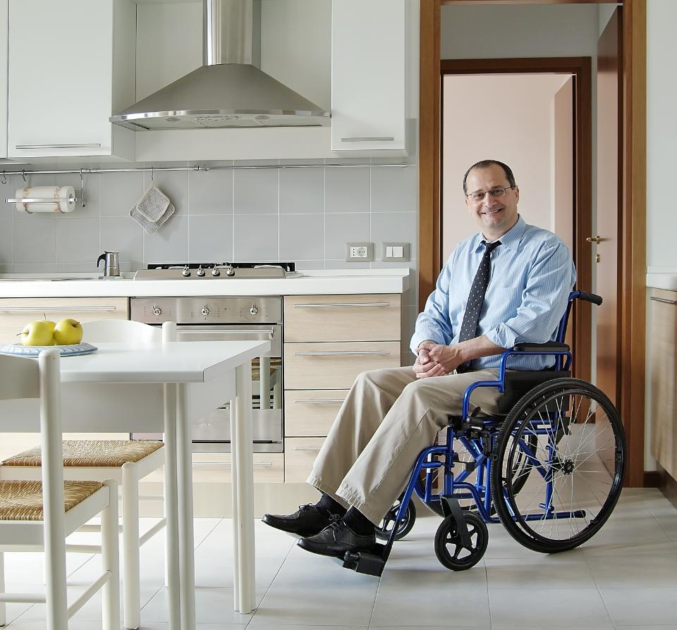 mężczyzna nawózku inwalidzkim